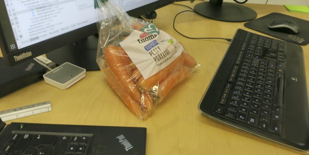 Porkkanapussi pöydällä